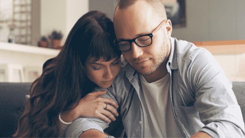 Casal se abraçando em sinal de perdão