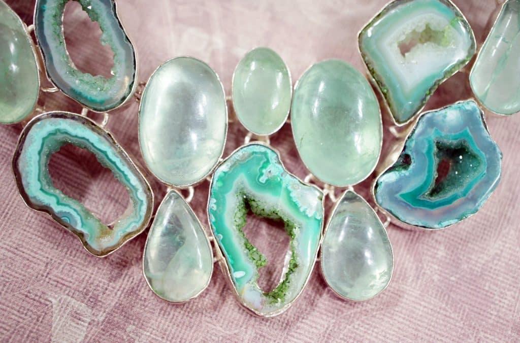 Imagem de várias pedras de diversos formatos e tamanhos de quartzo verde.