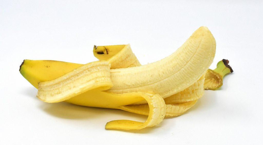 Imagem de uma banana nanina já descascada e pronta para ser degustada.