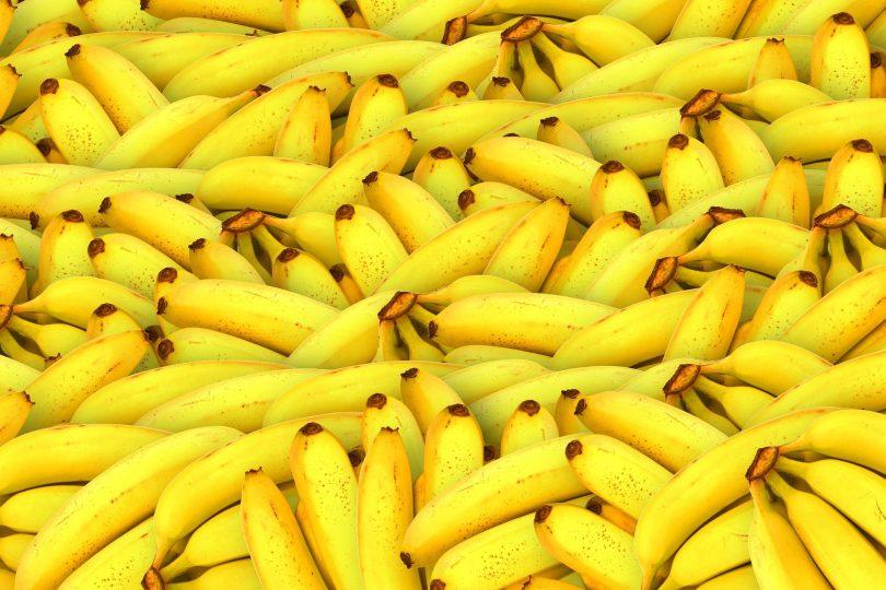 Imagem de uma bancada de bananas amarelinhas.
