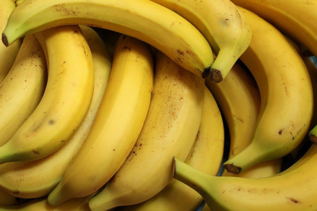 Imagem de um cacho de banana nanica já maduro.