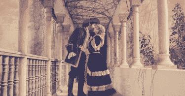 Romeu e julieta se beijando em uma sacada