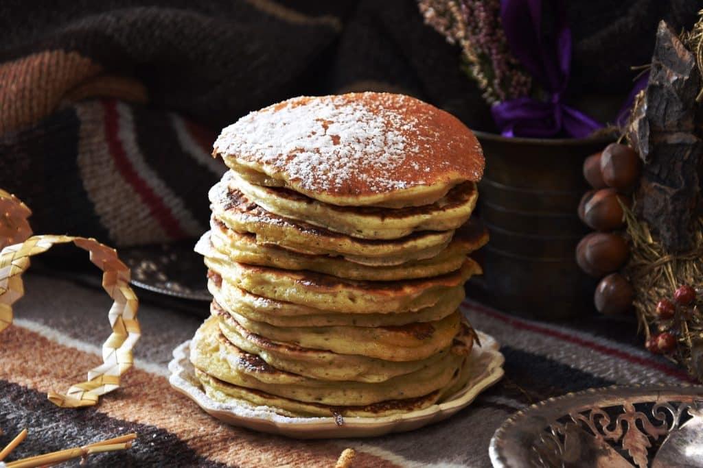 Imagem de um prato contendo várias panquecas já fritas. Elas são feitas com batata-doce.