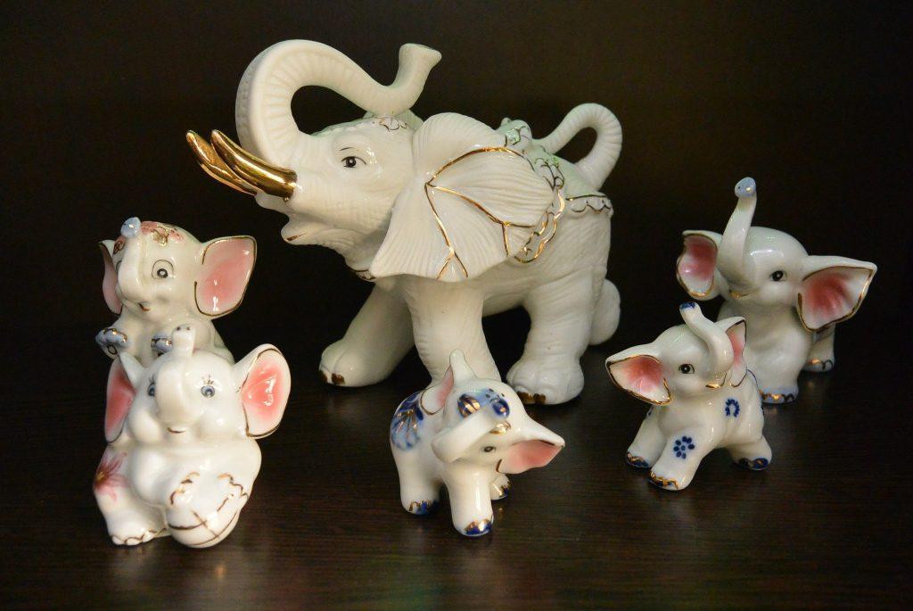 Imagem de amuletos de elefantes brancos de diversos tamanhos.