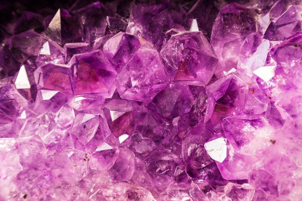 Pedras roxas cristalinas.