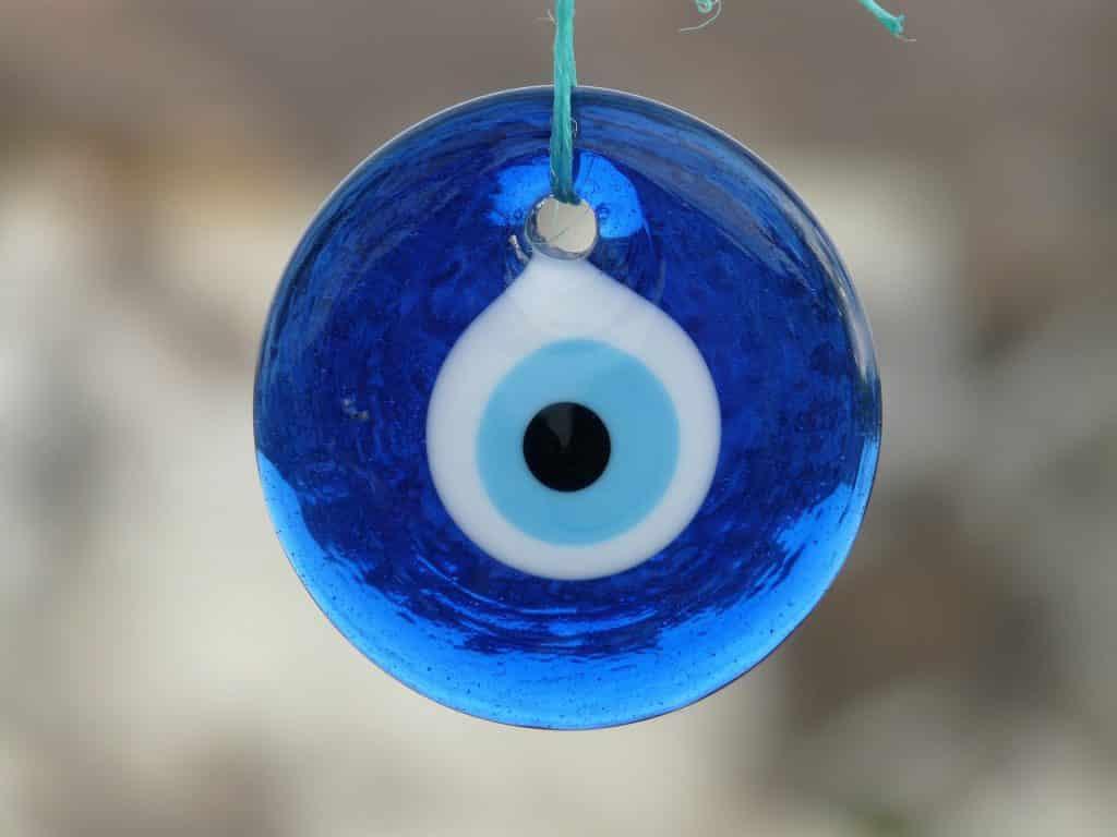 Imagem de um lindo amuleto em formato de olho grego.