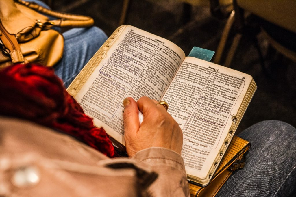 Uma pessoa sentada lendo a bíblia