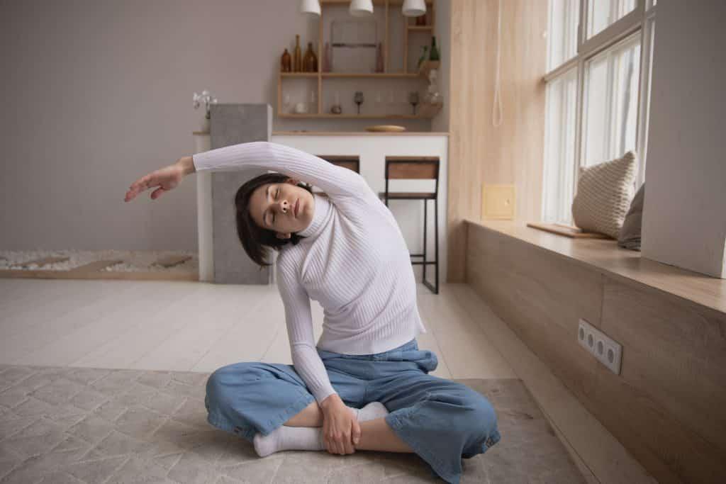 Mulher meditando em sua sala