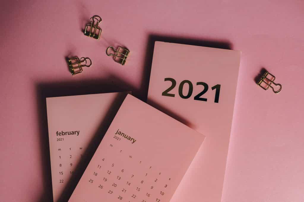 Calendário rosa de 2021 mostrando os meses de Janeiro e Fevereiro