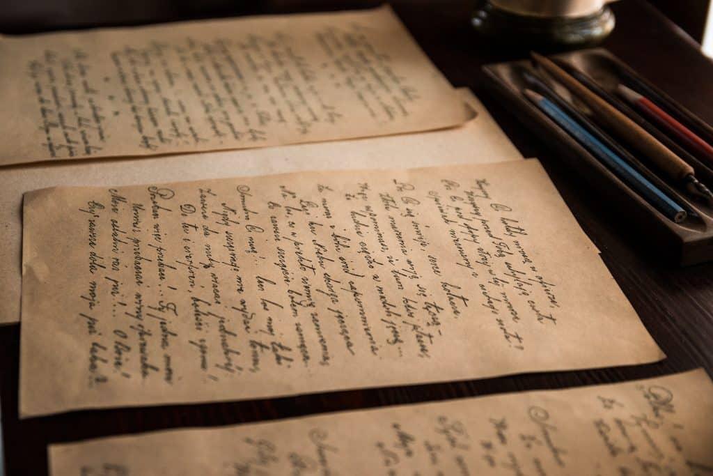 Cartas escritas a mão em uma mesa