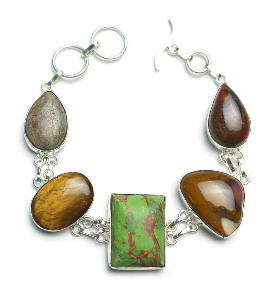 Imagem de uma linda pulseira de prata decorada com vários formatos de pedra de olho de tigre.