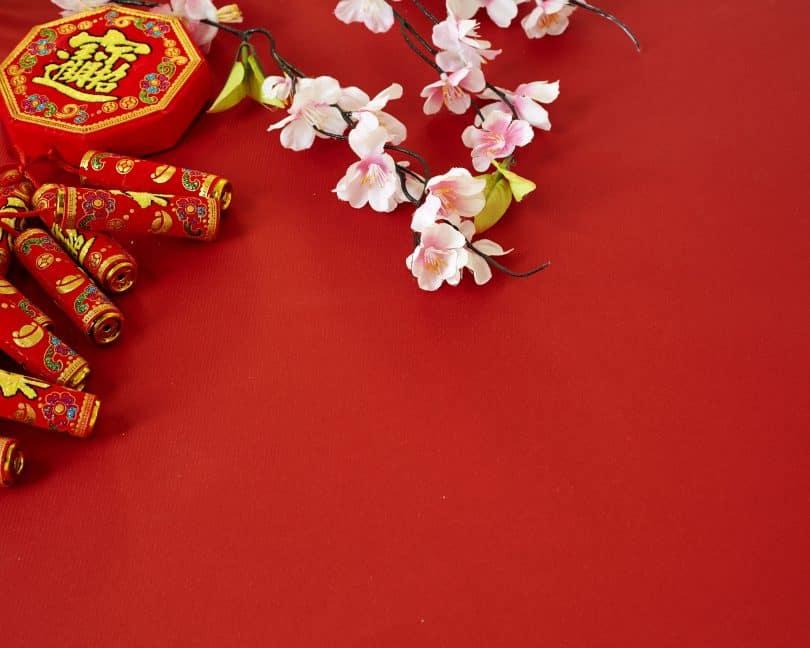 Decoração de Ano Novo chinês sobre fundo vermelho.