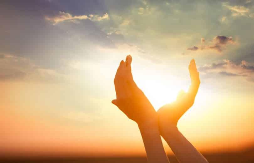 Mãos brancas ao redor do Sol.
