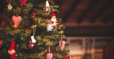 Árvore decorada com enfeites natalinos.
