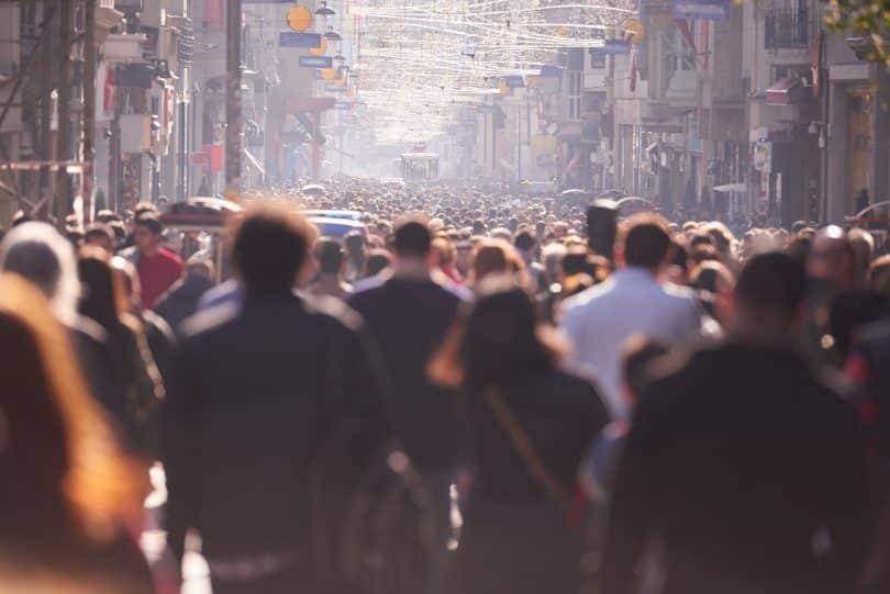 Pessoas andando na rua.