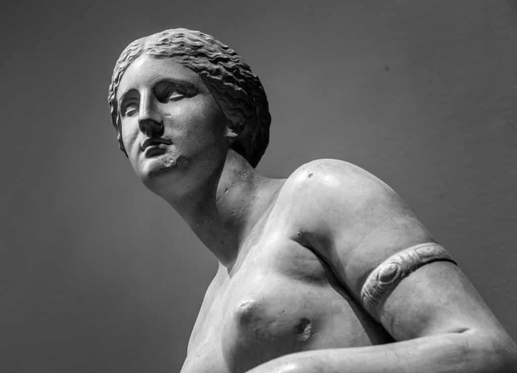 Imagem da estátua de uma mulher representando a deusa Hera. A estátua mostra apenas a cabeça e uma parte do tronco.