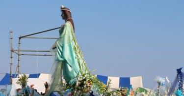 Imagem da estátua de Iemanjá sobre um caminhão em carreata pelas ruas do Rio de Janeiro em comemoração à data festiva dela.