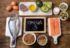 Alimentos ricos em ômega 3 sobre mesa de madeira.