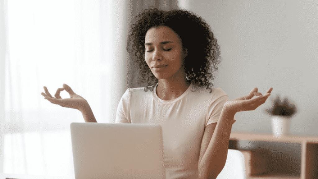 Mulher meditando em frente ao computador