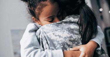 Duas mulheres se abraçando forte como pedido de perdão