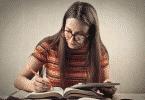 Garota de óculos estudando