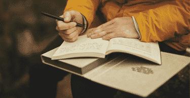Pessoa escrevendo em seu diário