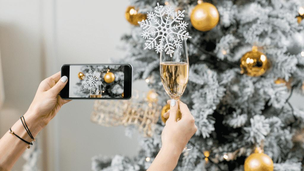 Pessoa celebrando o ano novo e tirando foto pelo celular