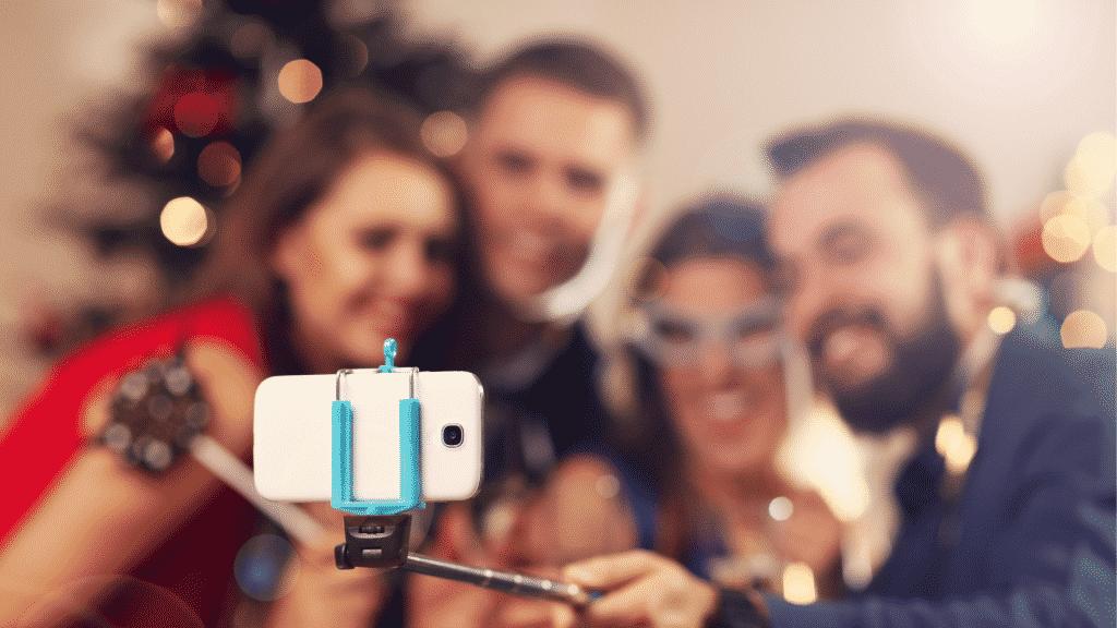 Família celebrando o ano novo fazendo uma videochamada