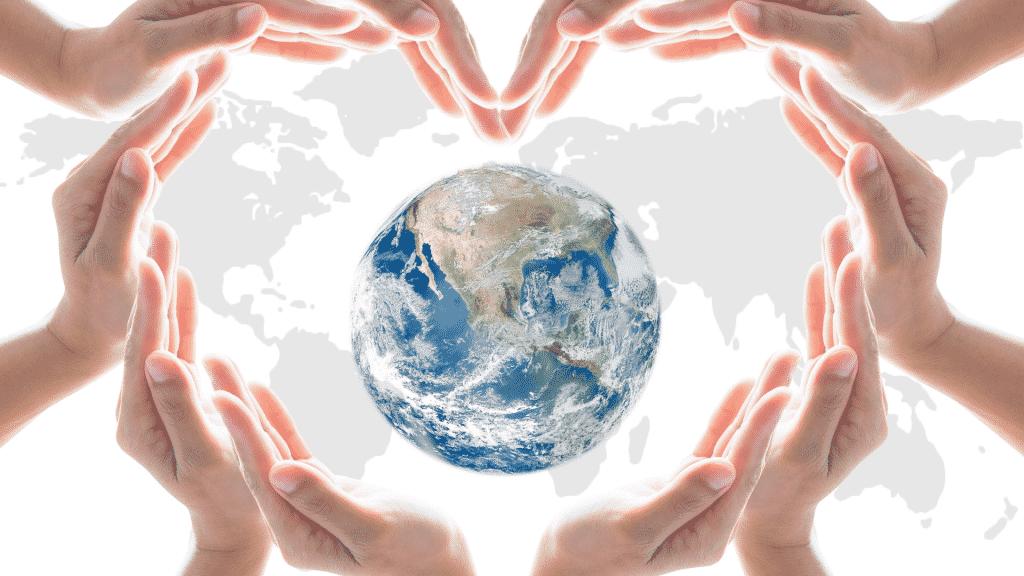 Mãos humanas formando um coração ao redor do planeta