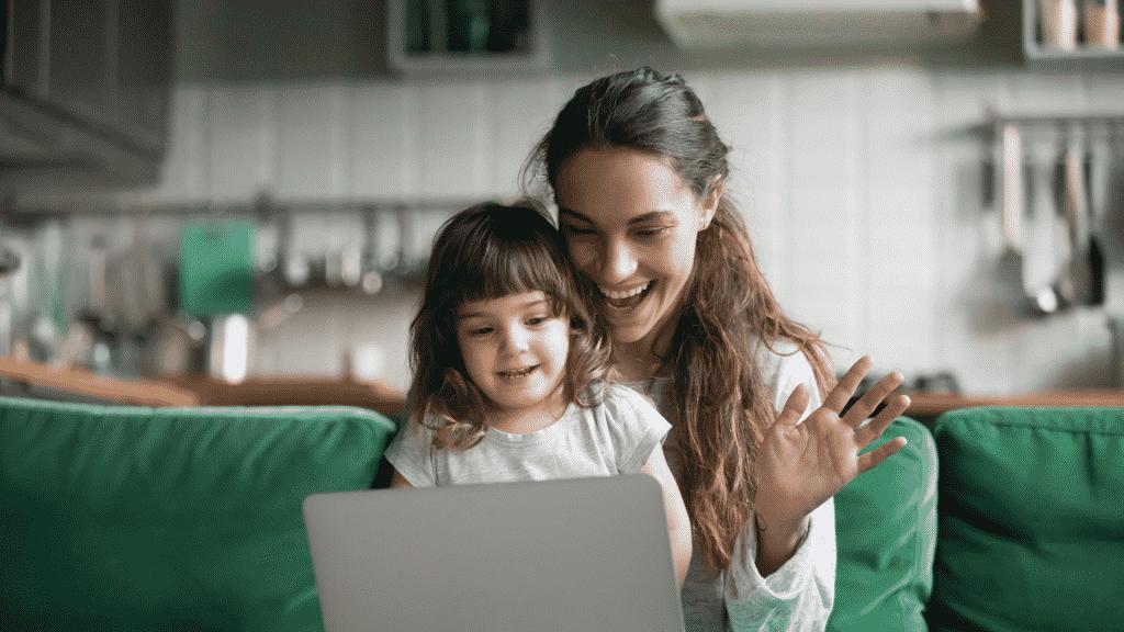 Mãe e filha fazendo uma videochamada pelo computador