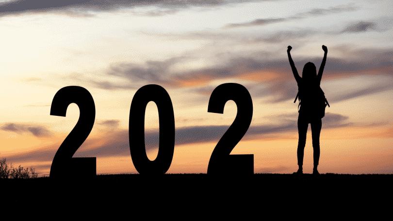 Número 2021 com uma pessoa de braços erguidos substituindo o número 1
