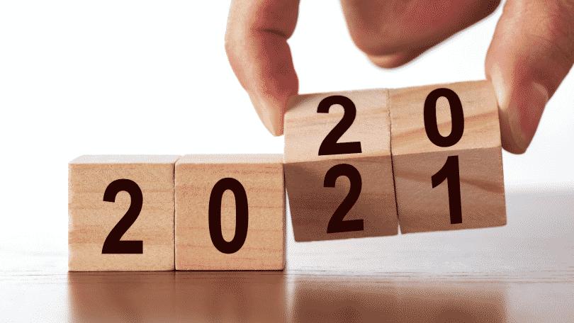 Mão mudando blocos de 2020 para 2021