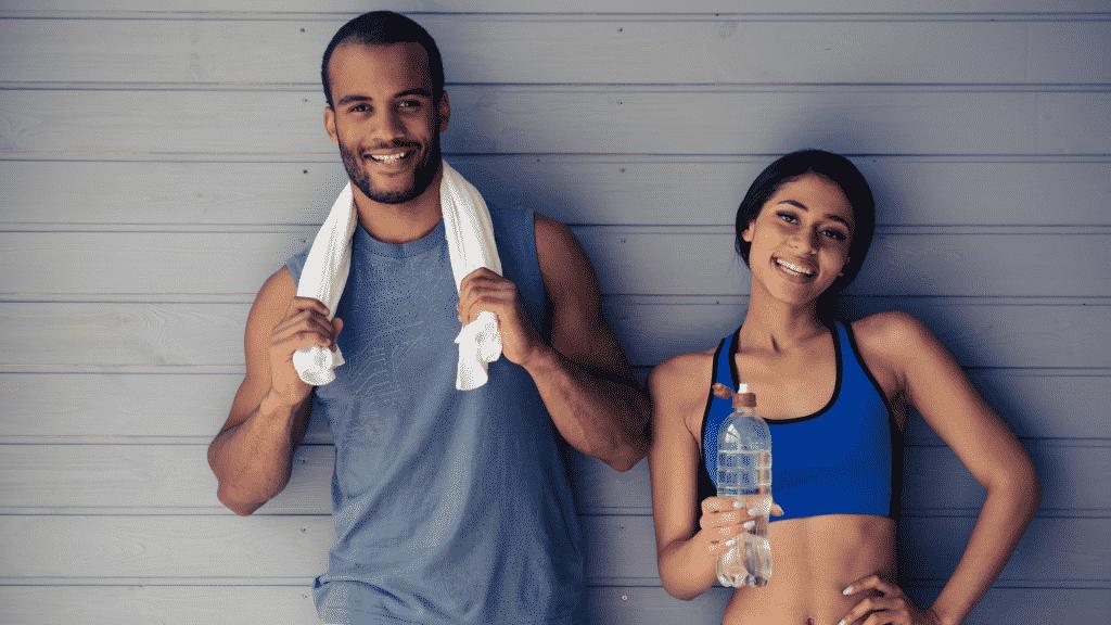 Homem e mulher com roupas esportivas