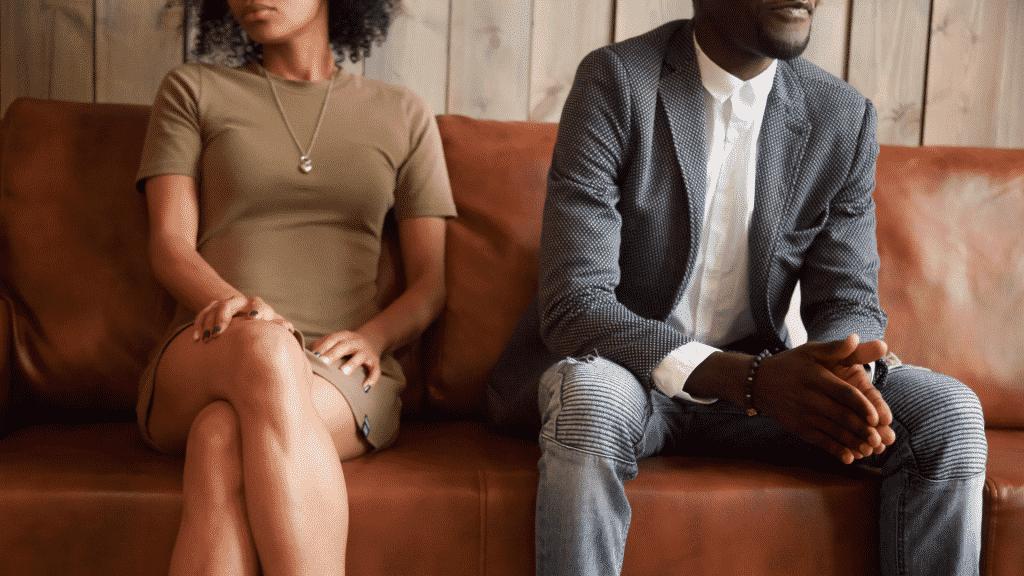 Casal sentado em um sofá, separados