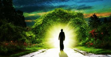 Silhueta de um homem andando em direção à uma luz
