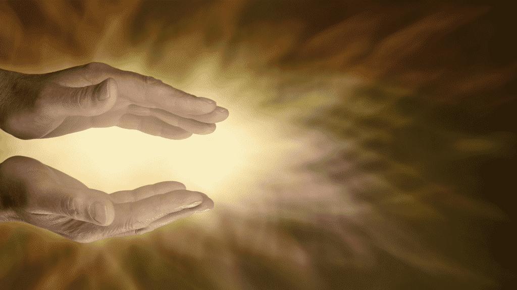 Energia passando pelas mãos de uma pessoa