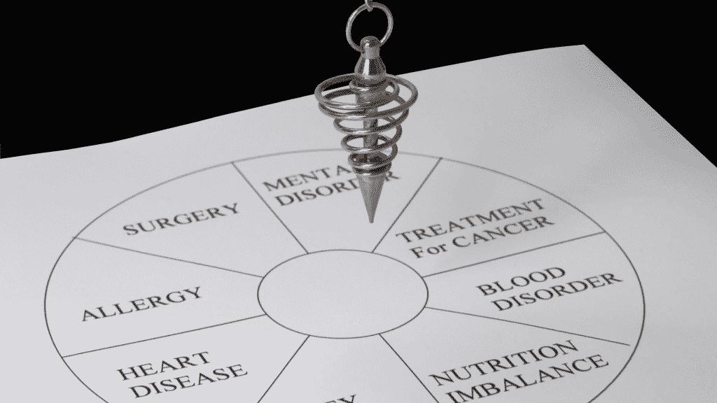 Pessoa praticando radiestesia com pêndulo e placa