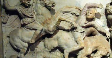Reprodução de Alexandre guerreando em escultura