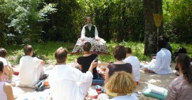Pessoas sentadas em realização do Satsang