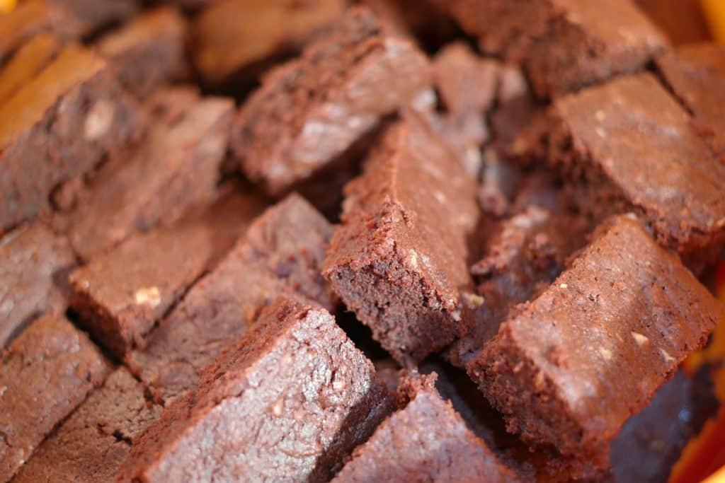 Imagem de uma travessa com vários pedaços de brownie de chocolate light.