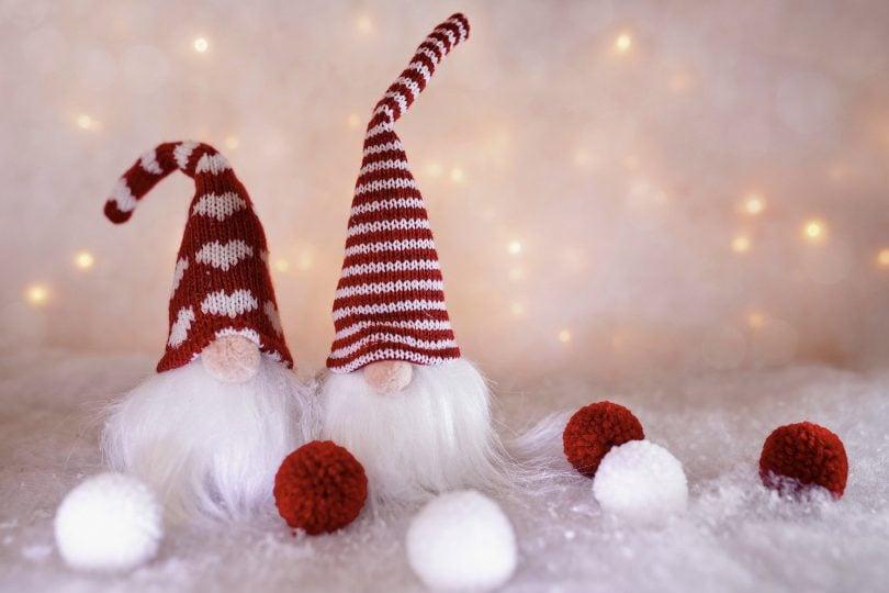Imagem de dois elfos / gnomos vestidos de papel noel. Eles são pequenos, usam barbas longas e brancas e chapéus pontuados nas cores vermelho e branco. Eles são fofinhos.