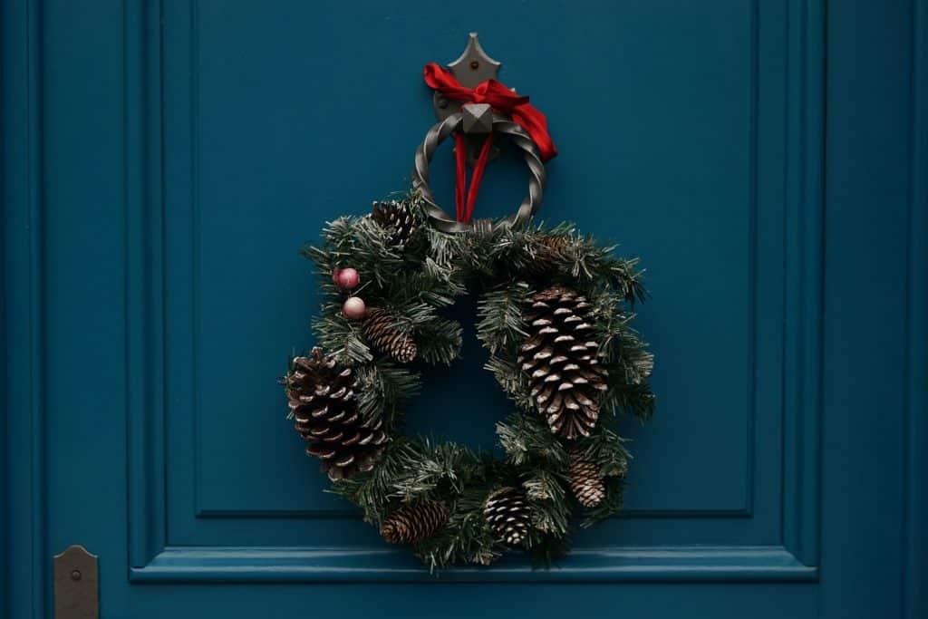 Guirlanda de Natal com pinhos.