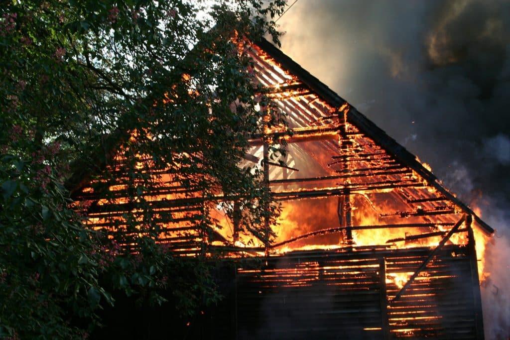 Imagem de um casa pegando fogo.