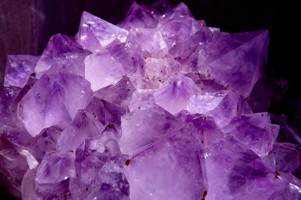 Imagem de um cristal ametista na cor lilás.