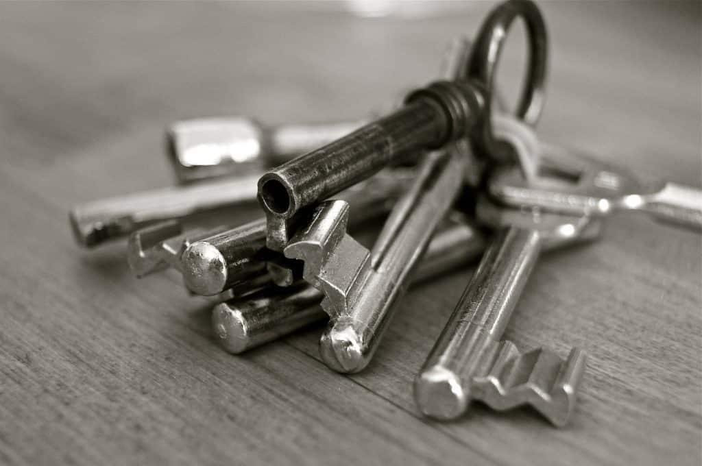 Imagem em preto e branco de um molho contando muitas chaves.