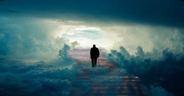 Imagem de um homem subindo as escadas que o levam para o céu. Ao lado, várias nuvens.