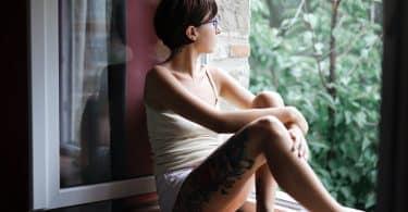 Mulher sentada em uma janela olhando para fora