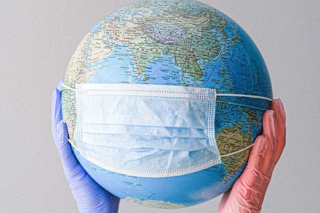 Representação do globo terrestre com uma máscara.