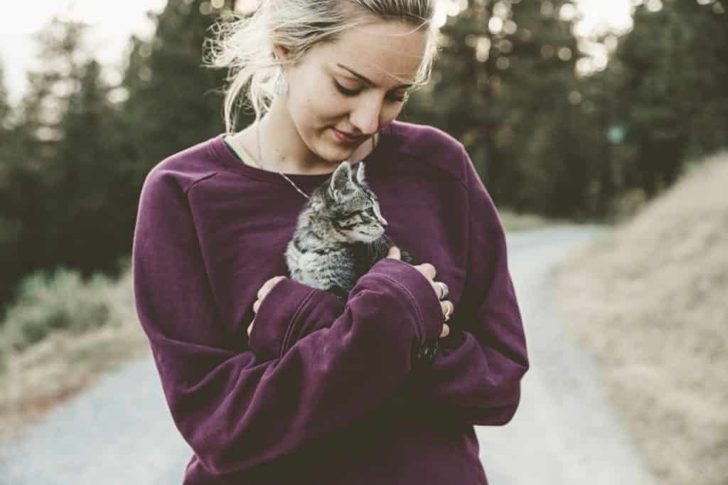 Mulher segurando gato.
