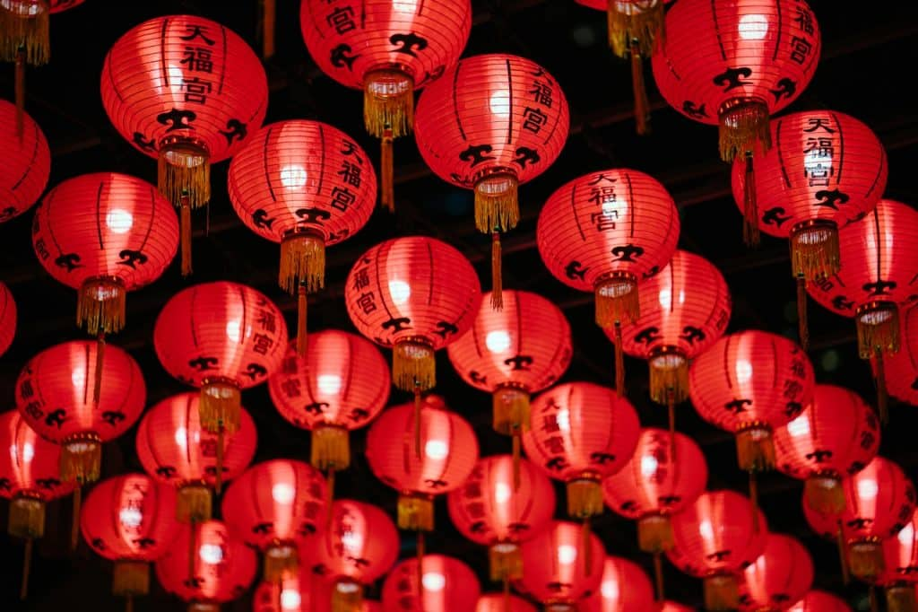 Balões de papel chineses suspensos.